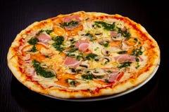 Dégagement délicieux de total de pizza photographie stock libre de droits