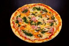 Dégagement délicieux de total de pizza photo libre de droits