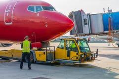 Dégagement d'avion dans l'aéroport images stock