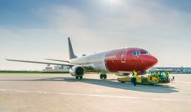 Dégagement d'avion dans l'aéroport image stock