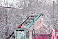 Dégagement de la route du grattoir de scoop de neige images libres de droits