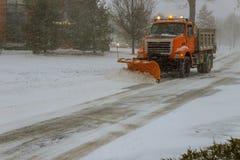 Dégagement de la route de la rue de neige pendant la tempête de neige de neige photos stock