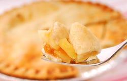 Dégagement de secteur de pomme sur une fourchette Photographie stock libre de droits