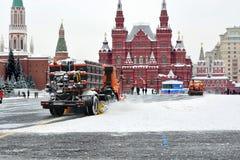 Dégagement des rues neigeuses avec les véhicules utilitaires Place rouge af photos libres de droits
