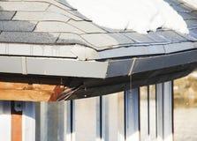 Dégel, neige de fonte sur le toit Images libres de droits