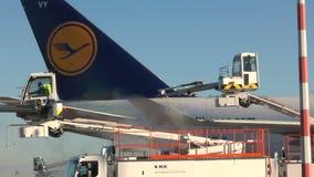 Dégivrage de Lufthansa Boeing 747 banque de vidéos