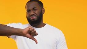 Dégoût de représentation afro-américain à la mauvaise odeur et aux pouces vers le bas, nourriture de qualité inférieure banque de vidéos