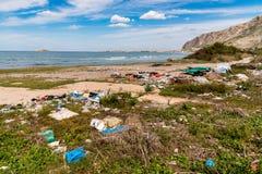 Dégradation côtière avec la plage, les déchets sales et les ordures ménagères polluant la plage de Capaci dans la province de Pal images libres de droits