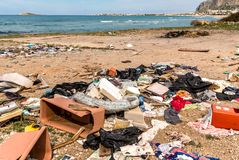 Dégradation côtière avec la plage, les déchets sales et les ordures ménagères polluant la plage de Capaci dans la province de Pal photos stock