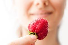 Dégustation d'une fraise Photographie stock