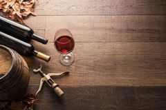 Dégustation de l'excellent vin rouge images stock