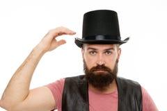 Déjeme mostrar una cierta magia Sombrero barbudo del cilindro del inconformista del hombre Concepto del funcionamiento del ilusio foto de archivo