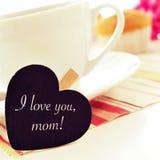 Déjeunent et je t'aime la maman écrite dans un blackboar en forme de coeur Photo stock