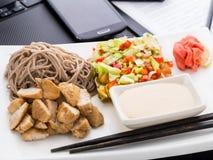 Déjeuner asiatique rapide de style dans le bureau Image libre de droits