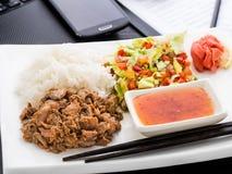 Déjeuner asiatique rapide de style dans le bureau Photographie stock libre de droits