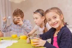 Déjeuner avec des amis à la maison Images libres de droits