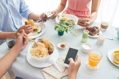Déjeuner avec des amis Photographie stock libre de droits