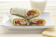 Déjeuner avec des enveloppes d'épinards avec du fromage Photo stock