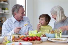Déjeuner avec des grands-parents images stock
