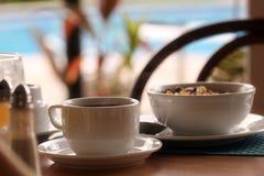 Déjeuner avec du café et des céréales photographie stock
