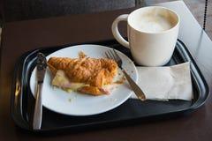 Déjeuner avec du café et des croissants Image stock