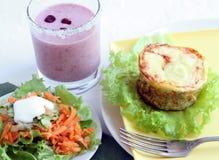 Déjeuner avec la cocotte en terre de salade et de thon images stock