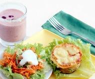 Déjeuner avec la cocotte en terre de salade et de thon photo libre de droits