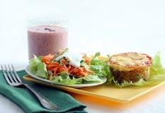 Déjeuner avec la cocotte en terre de salade et de thon photographie stock libre de droits