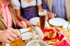 Déjeuner avec la saucisse blanche bavaroise de veau Images stock