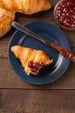 Déjeuner avec le bourrage de croissant et de fraise Images libres de droits