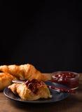 Déjeuner avec le bourrage de croissant et de fraise Image stock