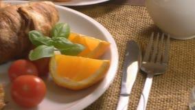 Déjeuner avec le croissant et le jus clips vidéos