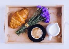 Déjeuner avec le croissant frais Photo libre de droits