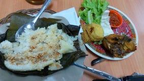 Déjeuner bon marché et délicieux à la cantine Image libre de droits