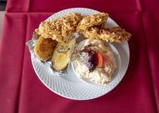 Déjeuner chaleureux comportant l'ami de poulet avec les flocons d'avoine, le slaw de chou, et le potatoe cuit au four dans un res photo stock