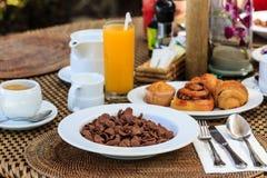Déjeuner continental avec des croissants Photo stock