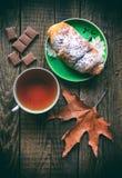 déjeuner Croissant avec le thé et le chocolade Image stock