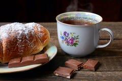 déjeuner Croissant avec le thé et le chocolade Photographie stock