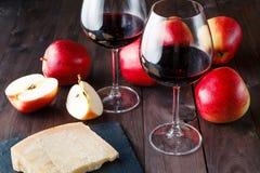 Déjeuner décontracté avec du fromage et le vin rouge Images stock