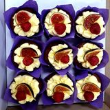 Déjeuner délicieux dans le lieu de travail : un gâteau avec les figues et les framboises fraîches photo stock