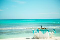 Déjeuner, dîner sur la plage des Caraïbe photos libres de droits