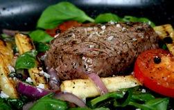 Déjeuner d'été avec les légumes de source, la tomate-cerise et le bifteck photo stock