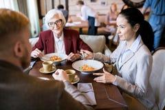 Déjeuner d'affaires au restaurant photos libres de droits