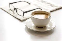 Déjeuner d'affaires avec du café et le journal sur la vue supérieure blanche de table photos libres de droits
