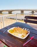 Déjeuner dans le restaurant extérieur à côté de la rivière d'iceberg Photographie stock