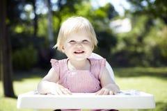 Déjeuner de attente de bébé dans un jardin Images libres de droits