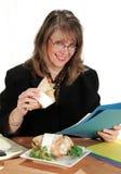 Déjeuner de femme d'affaires photographie stock libre de droits