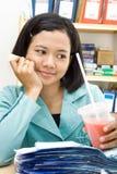Déjeuner de femme d'affaires au travail Photo stock