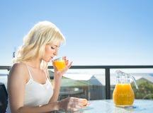 Déjeuner de femme en café Photo stock