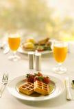 Déjeuner de gaufre avec le jus d'orange Images libres de droits
